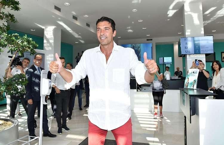 Momento en que el jugador italiano llega al examen médico en el Centro Médico Juventus en Turín. Foto: EFE