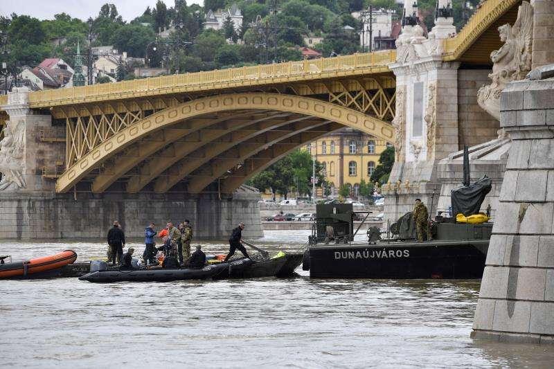 """Equipos de rescate húngaros tratan de encontrar supervivientes del naufragio del crucero """"Hableány"""" (Sirena) frente al puente Margarita, este jueves en Budapest (Hungría). EFE"""