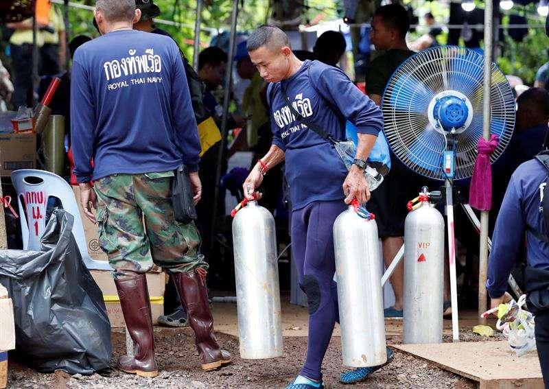 Personal de la Marina tailandesa carga tanques de oxígeno durante las operaciones de rescate del equipo de fútbol infantil y su asistente de entrenador en la cueva Tham Luang, en el parque forestal Khun Nam Nang, provincia de Chiang Rai, Tailandia. EFE