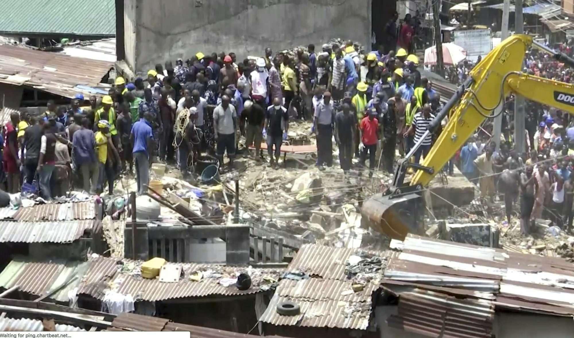 Equipos de emergencia y los equipos de emergencia trabajan en el lugar del colapso de un edificio en Lagos, Nigeria, el miércoles 13 de marzo de 2019. No hubo información oficial inmediata sobre el número de víctimas. (Foto AP)