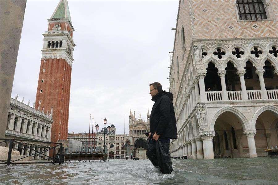 Un hombre camina por una calle inundada por las fuertes subidas de agua en Venecia. EFE