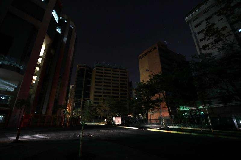 Vista de una calle a oscuras el pasado domingo, en Caracas (Venezuela). EFE
