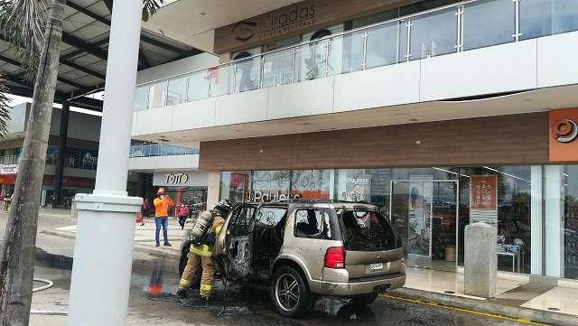 Personal de la Dirección Nacional de Seguridad, Prevención e Investigación de Incendios (Dinasepi), investigarán la causa del suceso. Foto: BCBRP