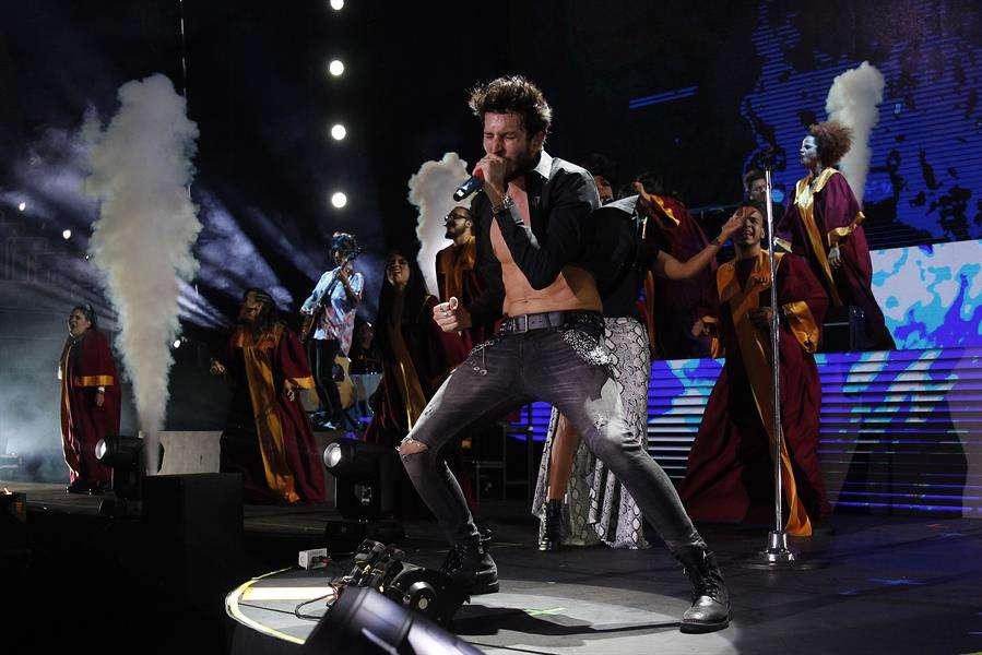 El cantante colombiano Sebastián Yatra se presenta durante su concierto de la gira Yatra Yatra Tour en Medellín (Colombia). EFE
