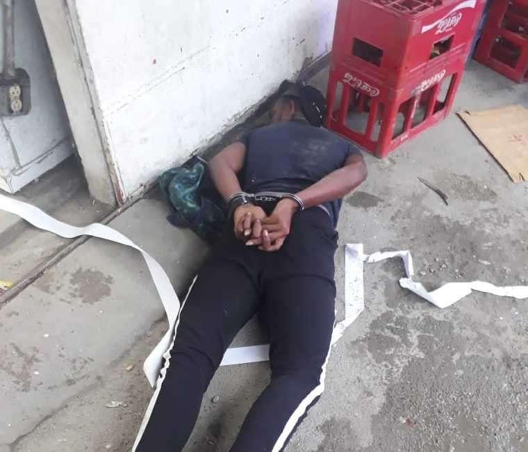 Uno de los delincuentes fue capturado en la escena. Foto Cortesía