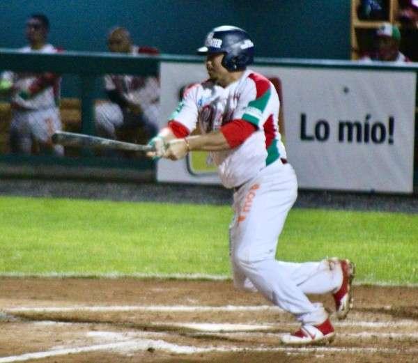 Carlos Xavier Quiroz conectó su imparable 600 al derecho Luis Machuca. Foto: Fedebeis
