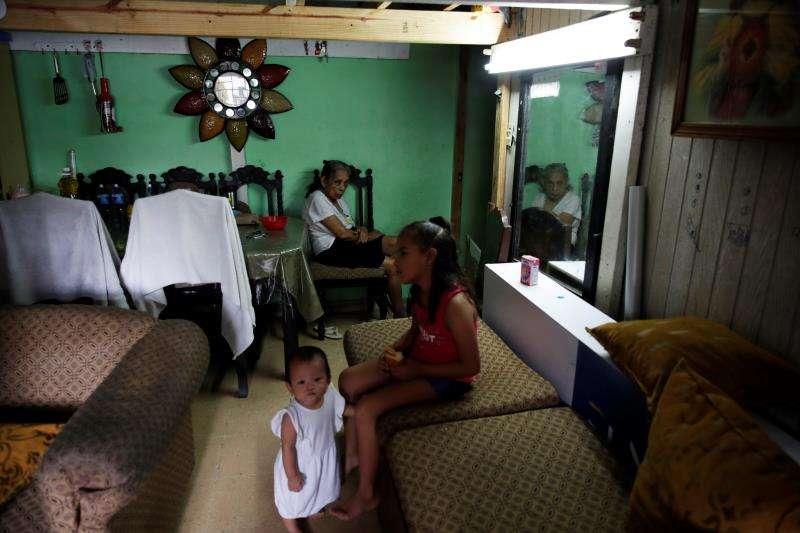Fotografía fechada del 9 de julio de 2019 que muestra a Josefina Morales, de 82 años, en un cuarto improvisado dentro de la escuela Nicolás Pacheco en el Casco Viejo, en Ciudad de Panamá (Panamá). EFE