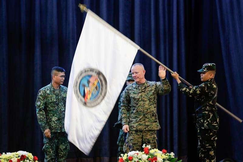Funcionarios desplegarán una bandera durante la ceremonia de apertura del Ejercicio Balikatán Filipinas-Estados Unidos (hombro a hombro) 2018 en la sede de las Fuerzas Armadas de Filipinas (AFP) en Quezon City, Filipinas, 07 de mayo de 2018. EFE