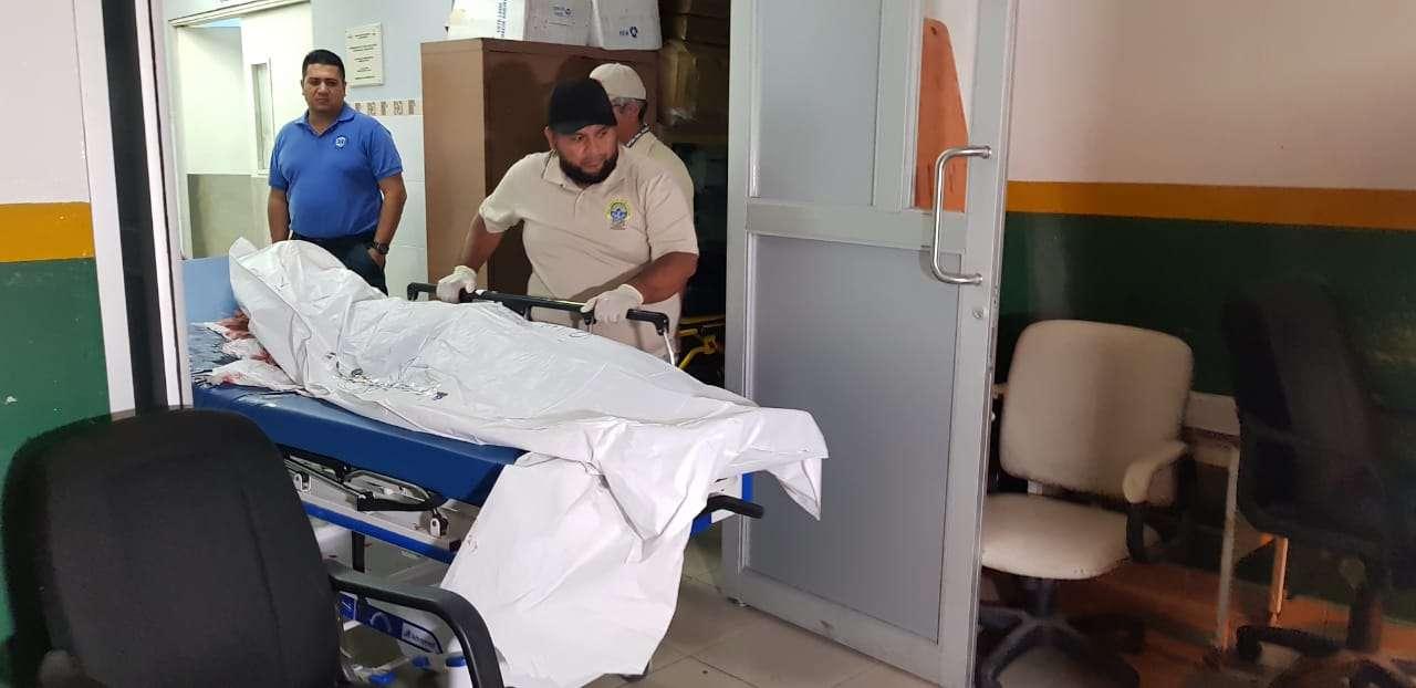 Momento en el que el cadáver era trasladado a la morgue judicial en Ancón.