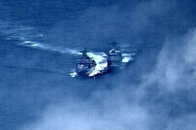 En esta imagen proporcionada por la Marina de los Estados Unidos, un destructor ruso, a la izquierda, navega muy cerca del USS Chancellorsville, a la derecha, mientras operaba en el Mar de Filipinas. AP