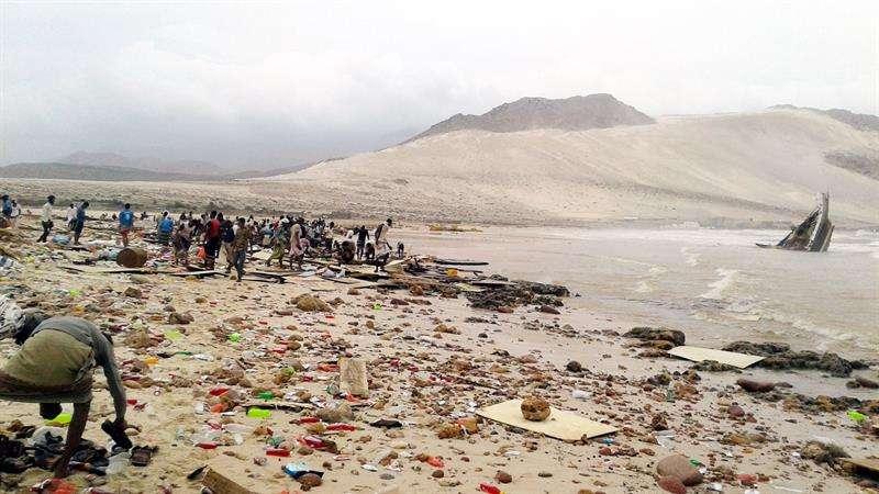 Varias personas inspeccionan los daños ocasionados por el ciclón Mekenu en la isla de Socotra en el Océano Índico a unos 250 millas de la costa de Yemen. Foto: EFE