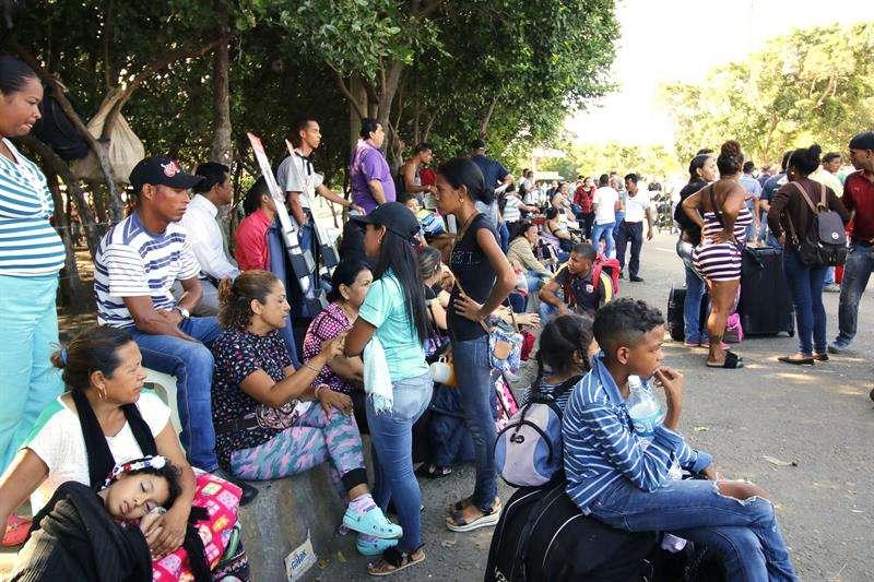 Ciudadanos venezolanos esperan un bus el 25 de agosto de 2018, en Cúcuta (Colombia). EFE
