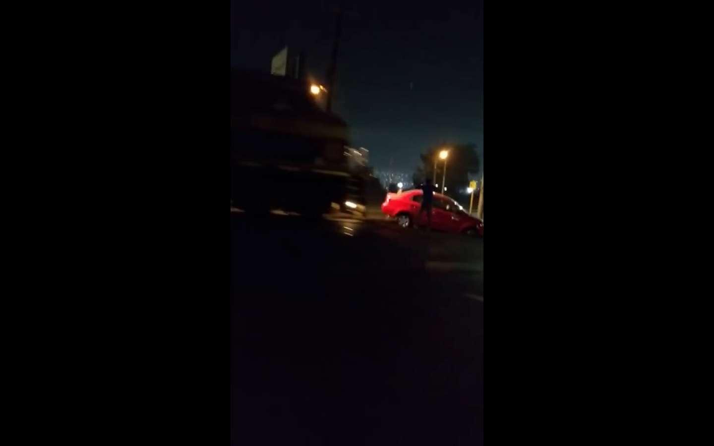 Tren casi lo atropella al colisionar su automóvil.