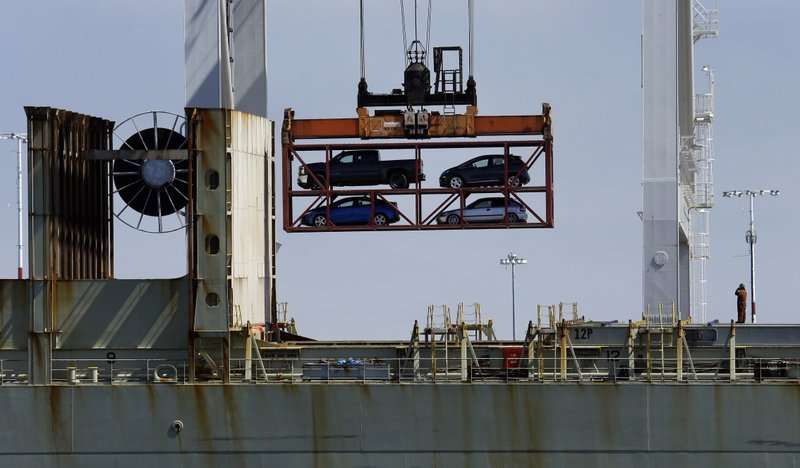 Una grúa que transporta vehículos opera en un portacontenedores en el Puerto de Oakland, en Oakland, California.  AP
