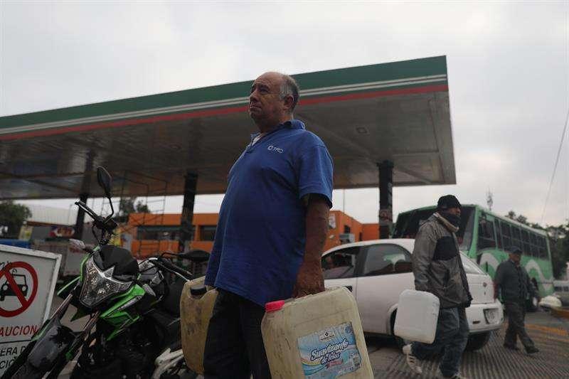 Consumidores continúan realizando filas de espera para conseguir una ración de gasolina hoy, en Ciudad de México. EFE