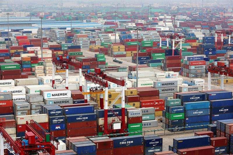 En la imagen, multitud de contenedores en el puerto de Qingdao (China). EFE Archivo