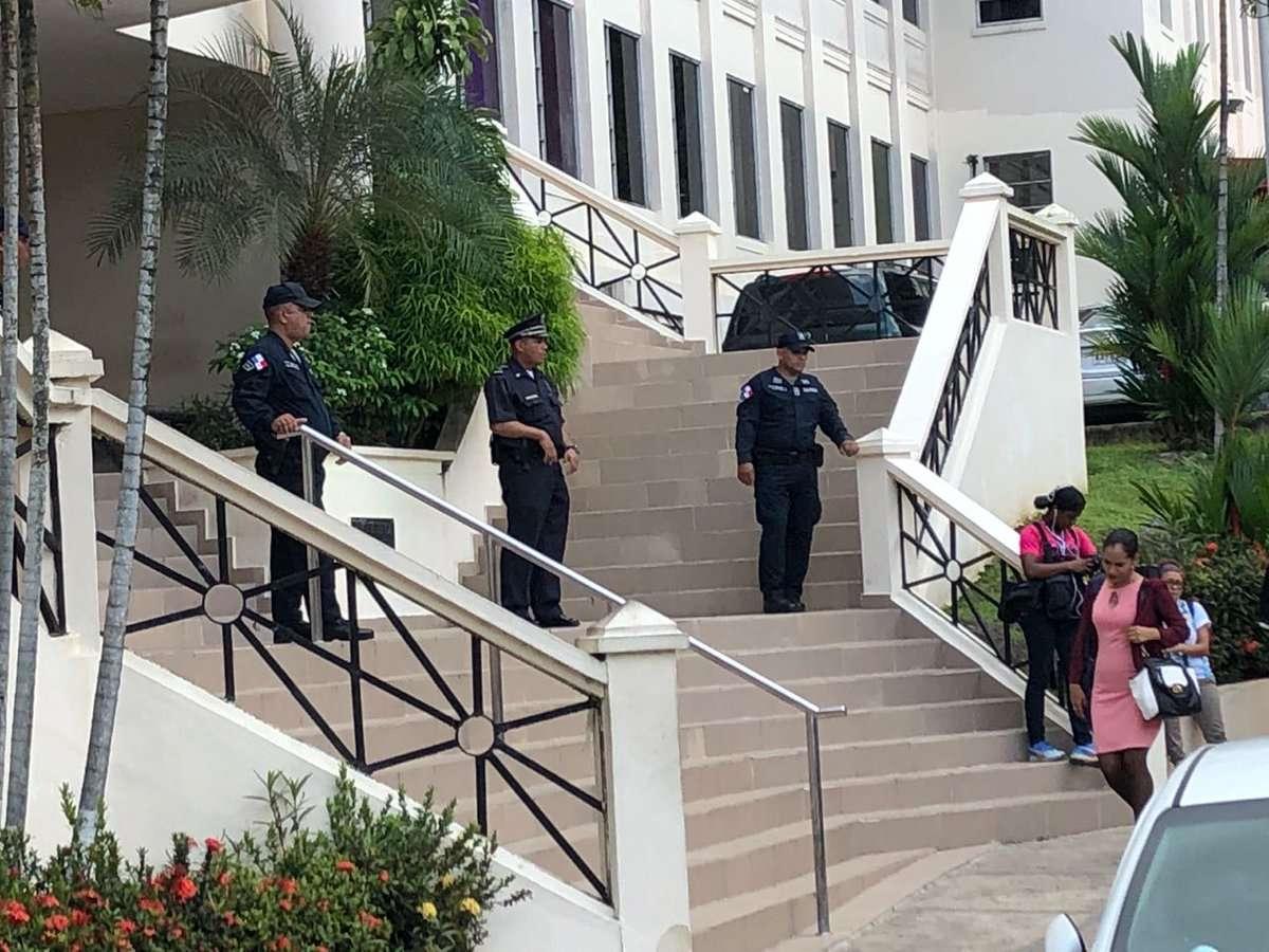 Vista externa de la Corte Suprema de Justicia de Panamá custodiada por unidades de la Policía Nacional. Foto: @Frenadeso