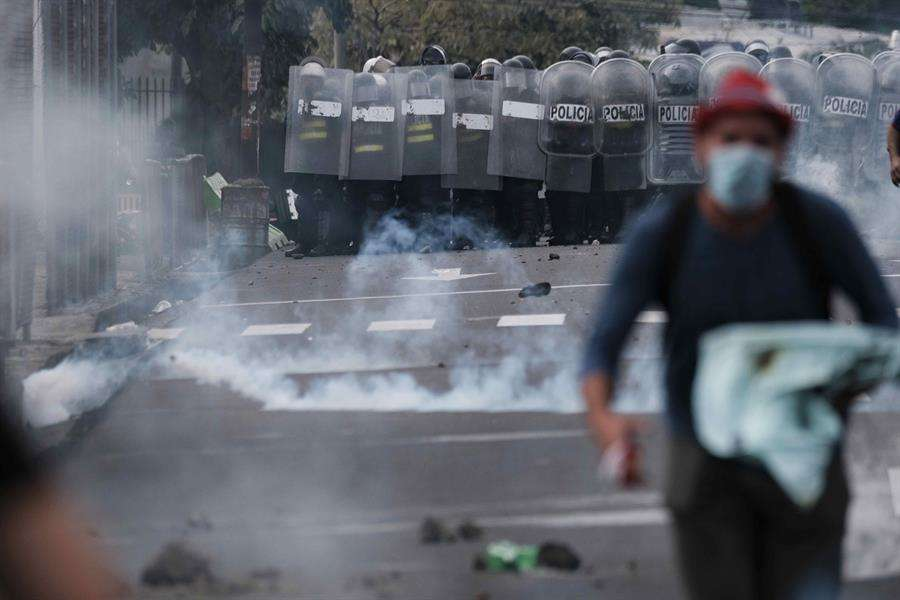 La tensión continuó hoy cuando el dirigente del llamado Movimiento Rescate Nacional, Célimo Guido, responsabilizó de los actos violentos al ministro de Seguridad, Michael Soto. EFE