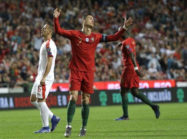 El portugués sufrió una lesión en el muslo derecho y se tuvo que retirar a la media hora del empate 1-1 de su selección ante Serbia. Foto: AP