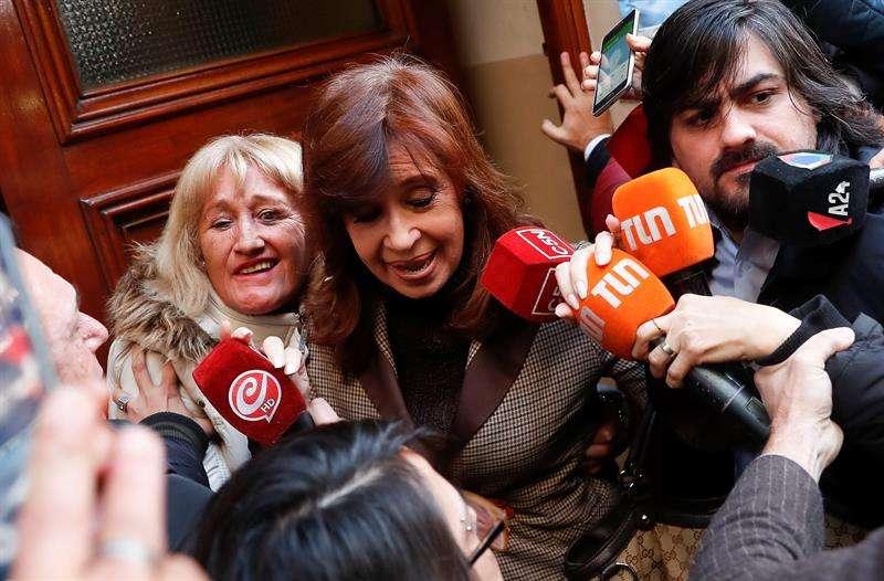 La expresidenta de Argentina Cristina Fernández sale de su casa para acudir a declarar como imputada en una causa en la que se investiga una presunta red de sobornos de empresarios de la obra pública a funcionarios de su Gobierno, en Argentina. EFE