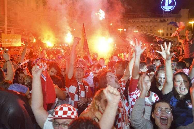 Fanáticos de Croacia celebran en el centro de Zagreb. Foto: AP