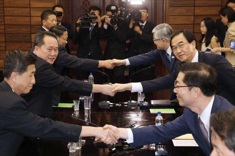 El ministro de Unificación surcoreano, Cho Myoung-gyon (2-d), saluda al presidente del Comité de Reunificación Pacífica, Ri Son-gwon (2-i), tras su reunión hoy en la aldea Panmunjom, en la militarizada frontera entre las dos Coreas. EFE