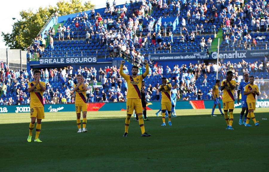 Los jugadores del Barcelona celebran el triunfo. /EFE