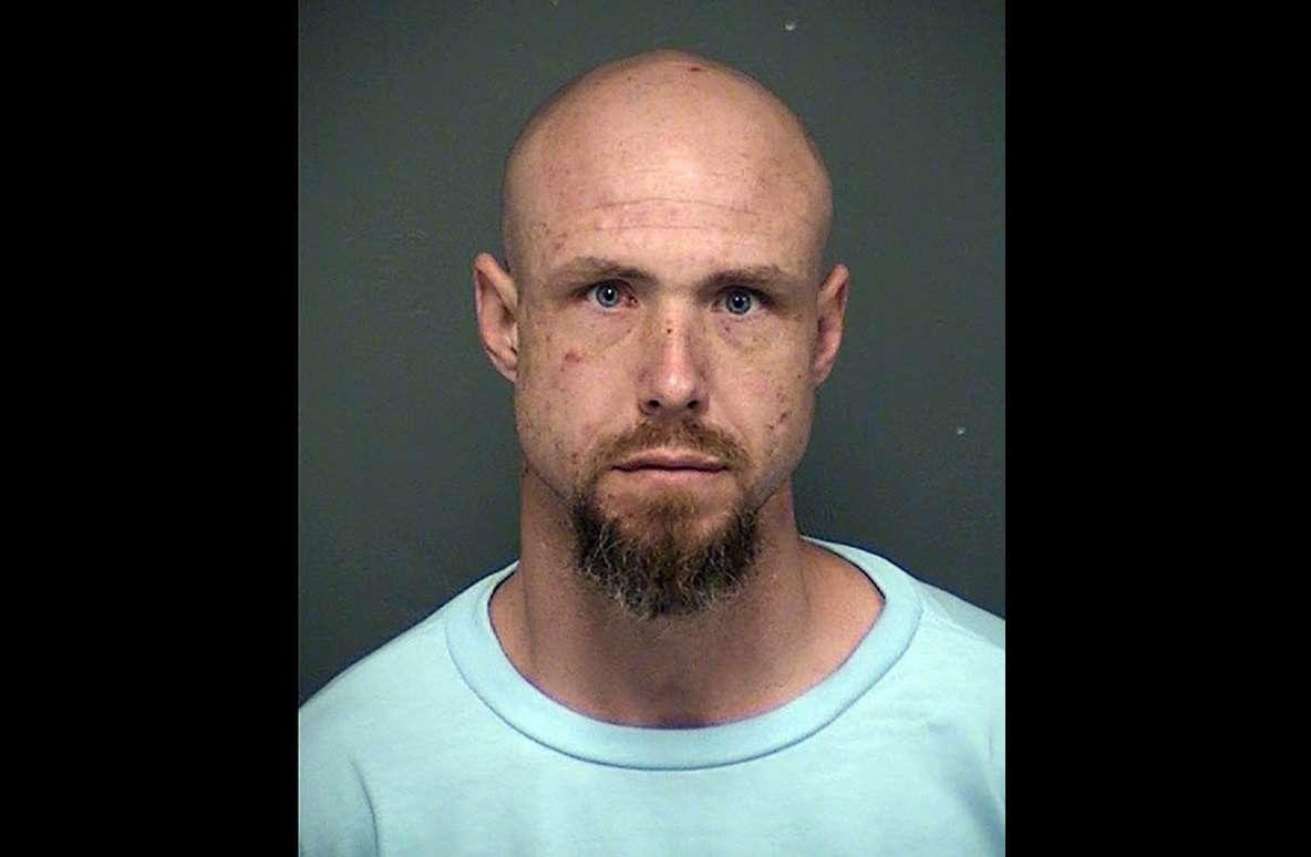 La policía de Tucson dice que David James Bohart fue liberado del complejo penitenciario del estado de Tucson el lunes 19 de noviembre de 2018, y está acusado de matar a una mujer el mismo día. AP