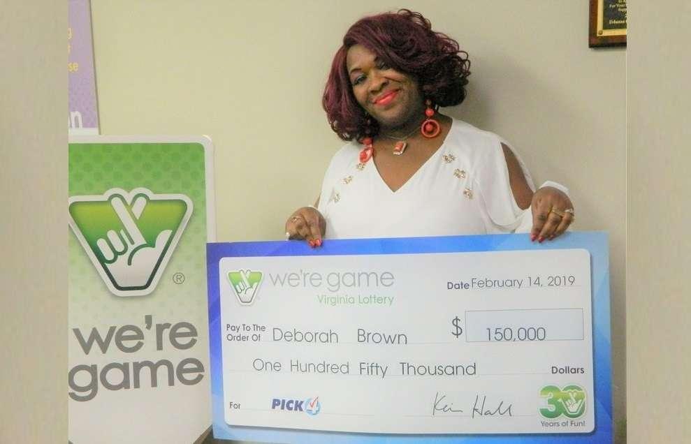 Esta foto del 14 de febrero de 2019 proporcionada por la Lotería de Virginia muestra a Debrorah Brown sosteniendo un cheque después de ganar el Pick 4 en Richmond, Virginia. AP