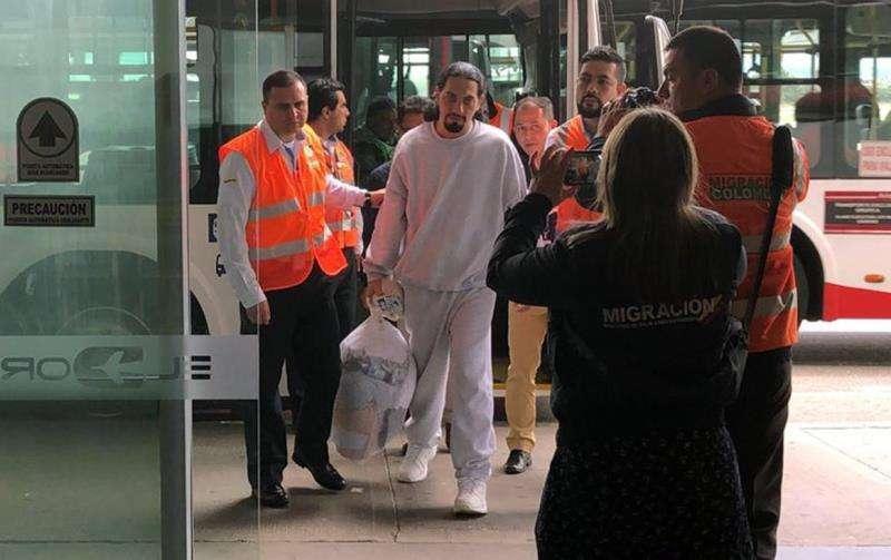Fotografía cedida por Migración Colombia, muestra a David Murcia Guzmán (c), fundador de DMG a su llegada en calidad de deportado este martes, al aeropuerto El Dorado, Bogotá (Colombia). EFE/Migración Colombia.