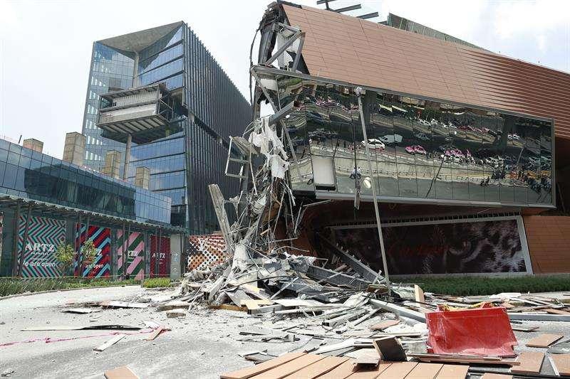 Vista del derrumbe parcial que sufrió un centro comercial hoy, jueves 12 de julio de 2018, en el Pedregal, sur de Ciudad de México (México). EFE
