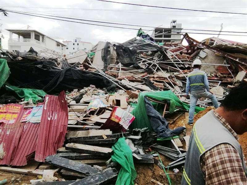 Tres trabajadores murieron hoy y 18 resultaron heridos por el derrumbe de un edificio de siete plantas en construcción en la ciudad costera de Sihanoukville (sur de Camboya), mientras que decenas permanecen atrapadas, informaron las autoridades. EFE
