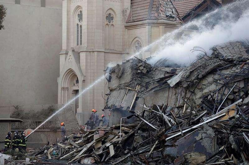 Bomberos trabajan hoy, miércoles 2 de mayo de 2018, en el edificio de 24 plantas que se derrumbó ayer durante un incendio de grandes proporcionesen el centro de Sao Paulo (Brasil). EFE