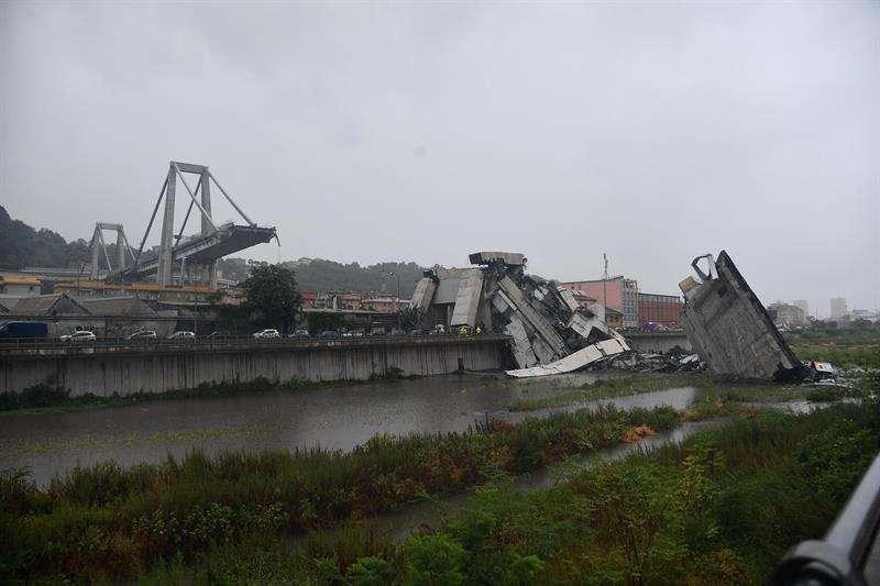 Miembros de los servicios de rescate trabajan en la búsqueda de víctimas tras el derrumbe de un puente en Génova (Italia). EFE