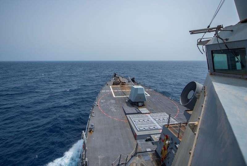 destructor USS Bainbridge, de clase Arleigh Burke, en el Golfo de Omán. EFE