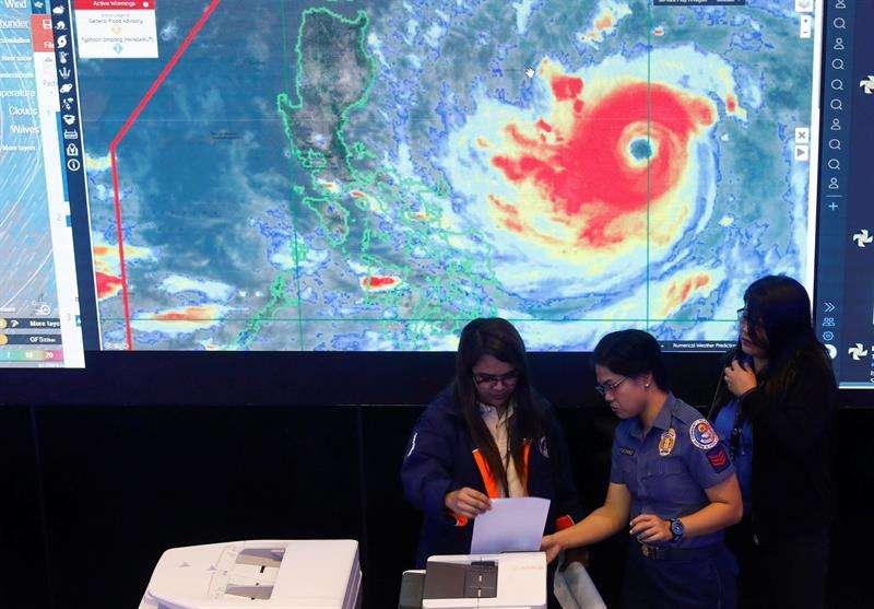 Detalles sobre el tifón Mangkhut, en el Consejo Nacional de Reducción y Gestión del Riesgo de Desastres en Ciudad Quezón, Filipinas. EFE