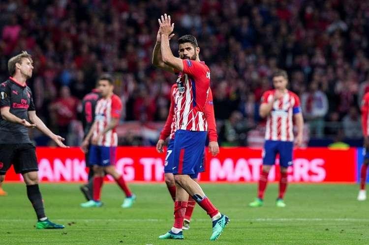 ados al ser sustituido durante el partido de vuelta de semifinales de la Liga Europa. Foto: EFE