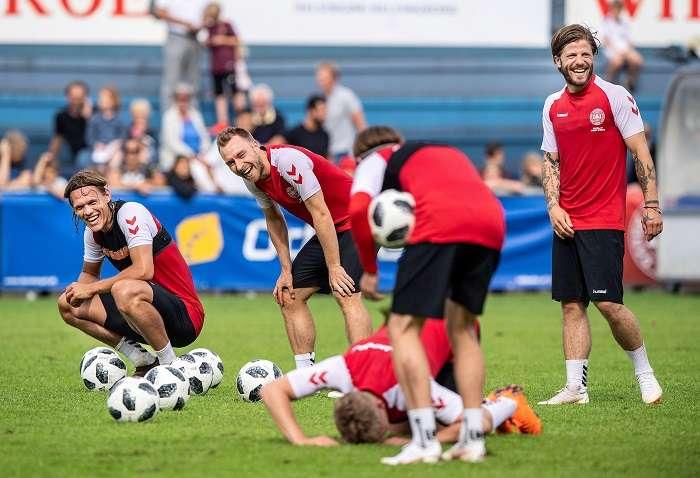 El centrocampista danés Christian Eriksen asiste a una sesión de entrenamientos de la selección en Helsingoer, Dinamarca./EFE