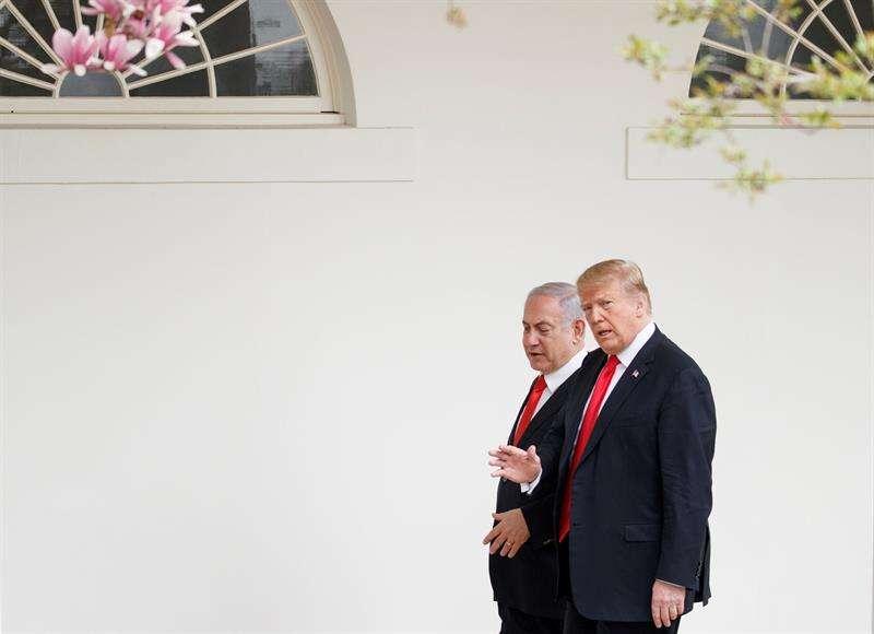 l presidente estadounidense, Donald trump (i), recibe al primer ministro israelí, Benjamin Netanyahu, en el exterior de la Casa Blanca, este lunes en Washington (Estados Unidos). EFE