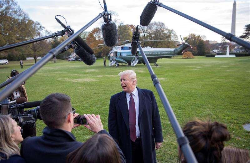 El presidente de los Estados Unidos Donald Trump se despide antes de abordar el Marine One con su familia hoy, en el patio sur de la Casa Blanca en Washington (EE.UU.). EFE