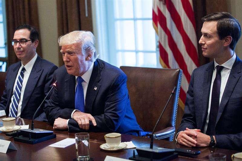 Fotografía de archivo del presidente estadounidense Donald Trump (c) y el consejero superior Jared Kushner (d). EFE/Archivo