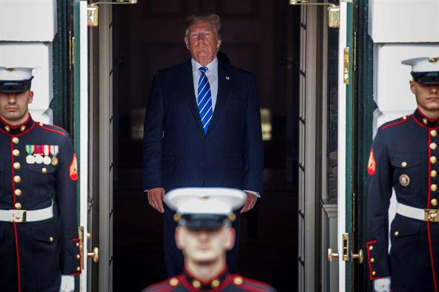 El presidente de Estados Unidos, Donald Trump (c), fue registrado este miércoles al recibir a su homólogo de Mongolia, Khaltmaagiin Battulga (fuera de cuadro), en la entrada de la Casa Blanca, en Washington DC (EE.UU.). EFE