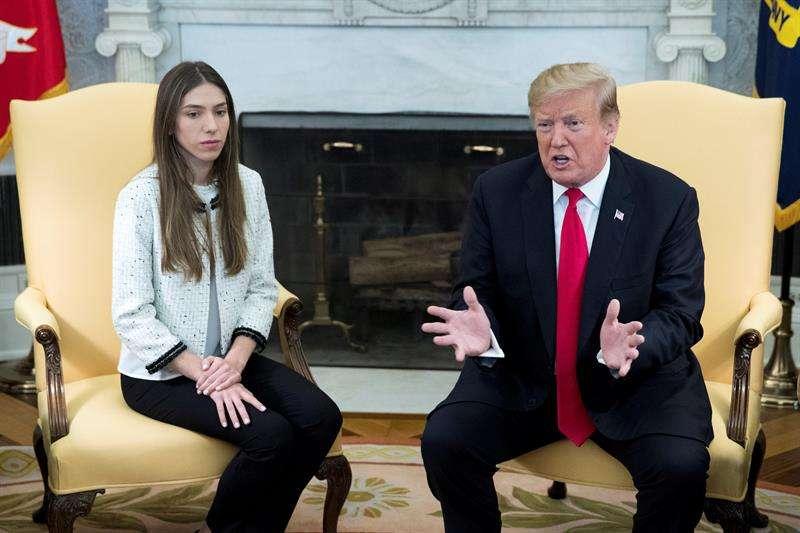 El presidente de EE.UU., Donald Trump (d), se reúne este miércoles con Fabiana Rosales, esposa del jefe el Parlamento venezolano, el opositor Juan Guaidó, en el Despacho Oval de la Casa Blanca, en Washington (EE.UU). EFE