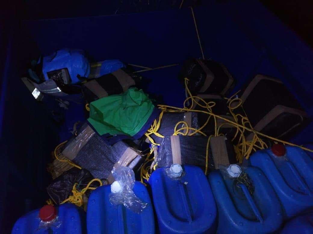 Vistas de la embarcación donde iba la sustancia ilícita. Foto: @SenanPanama