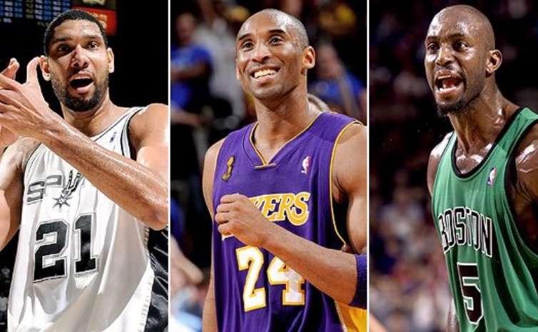 Kobe Bryant (c), Tim. Duncan (izq.) y Kevin Garnett.