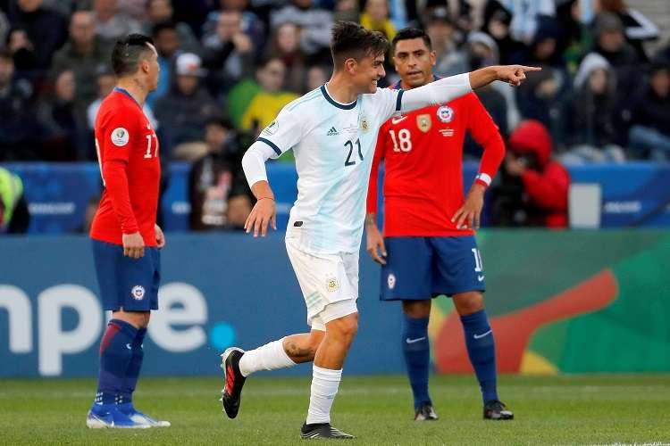 El jugador de Argentina Paulo Dybala celebra un gol, durante el partido Argentina-Chile por el tercer puesto de la Copa América. Foto: EFE