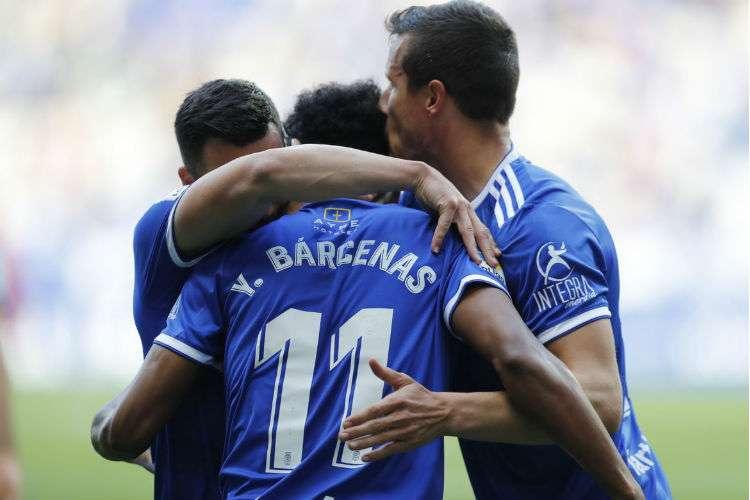 Edgar Yoel Bárcenas es felicitado por sus compañeros de equipo luego de anotar el gol.