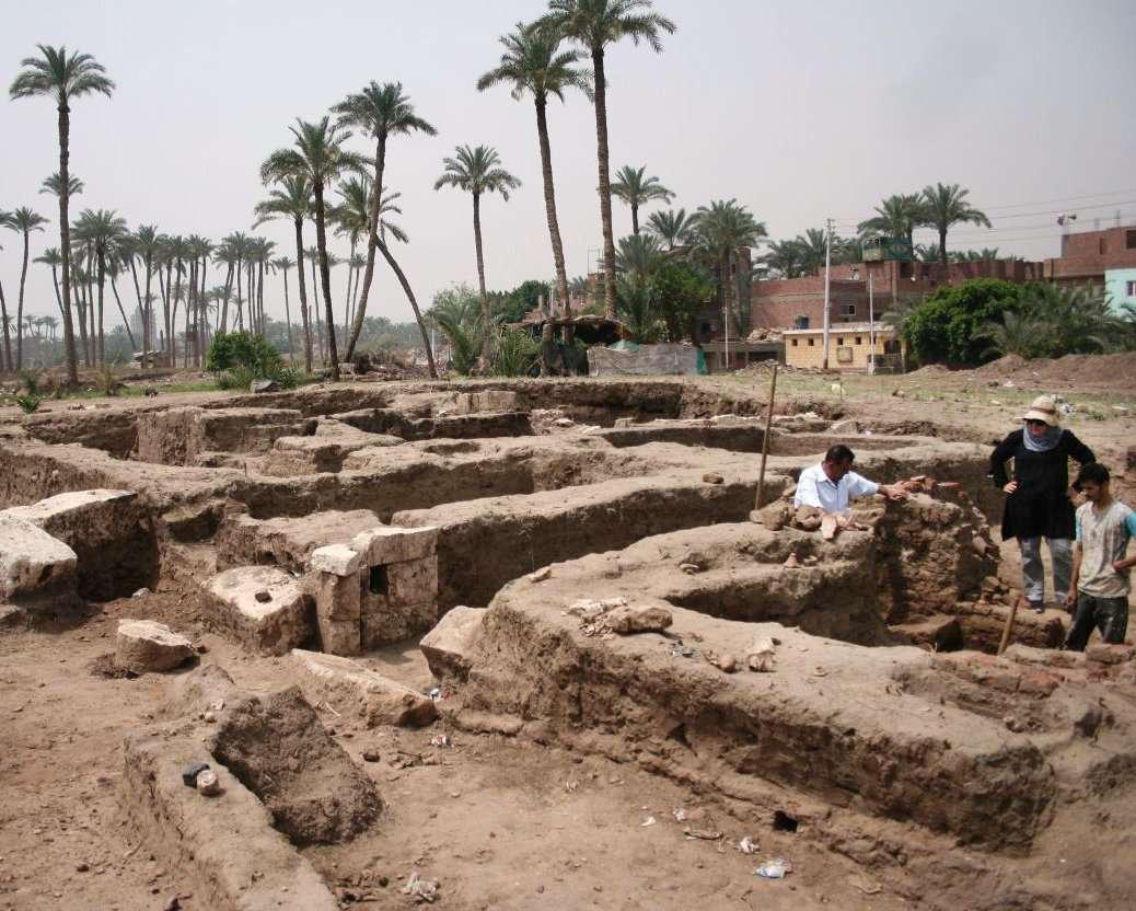 Esta foto se muestra un gran baño romano y una cámara probablemente para rituales religiosos, que fue descubierta recientemente en la ciudad de Mit Rahina, El Cairo, Egipto. AP.