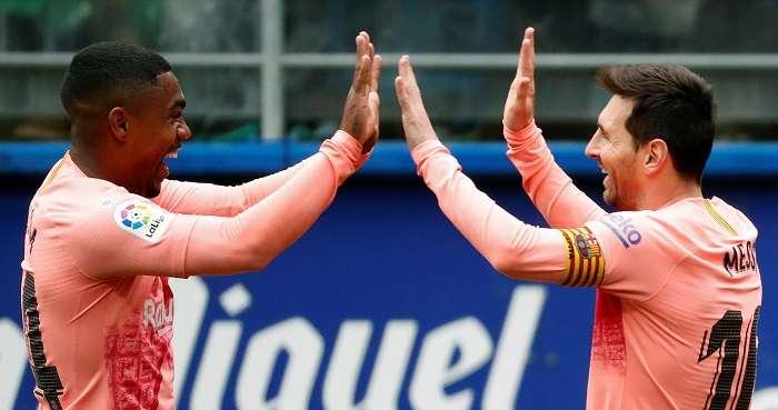 El delantero argentino del Barcelona, Lionel Messi (d), celebra su primer gol ante el Eibar. /EFE