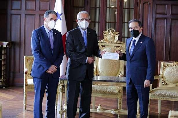 El presidente Laurentino Cortizo, recibió el cheque por $ 1,824.12 millones del Canal de Panamá.